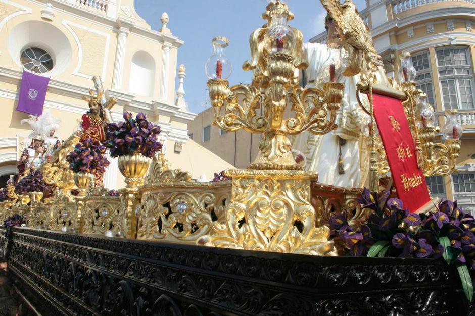 El anda de Jesús del Beaterio de Belén lleva ornamentos muy elaborados: este es un cortejo suntuoso. (Foto:Raúl Illescas).