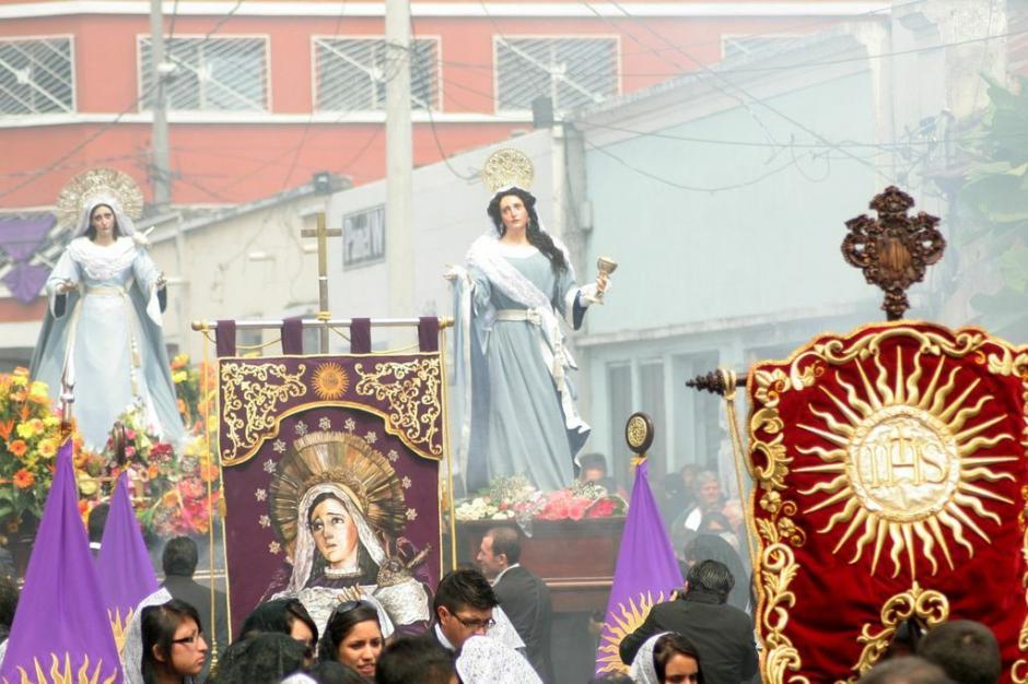 La Virgen sigue a Jesús en la procesión de la Reseña. (Foto: Raúl Illescas).