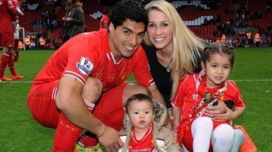 El delantero suele posar para las fotos con su familia. (Foto: Twitter)