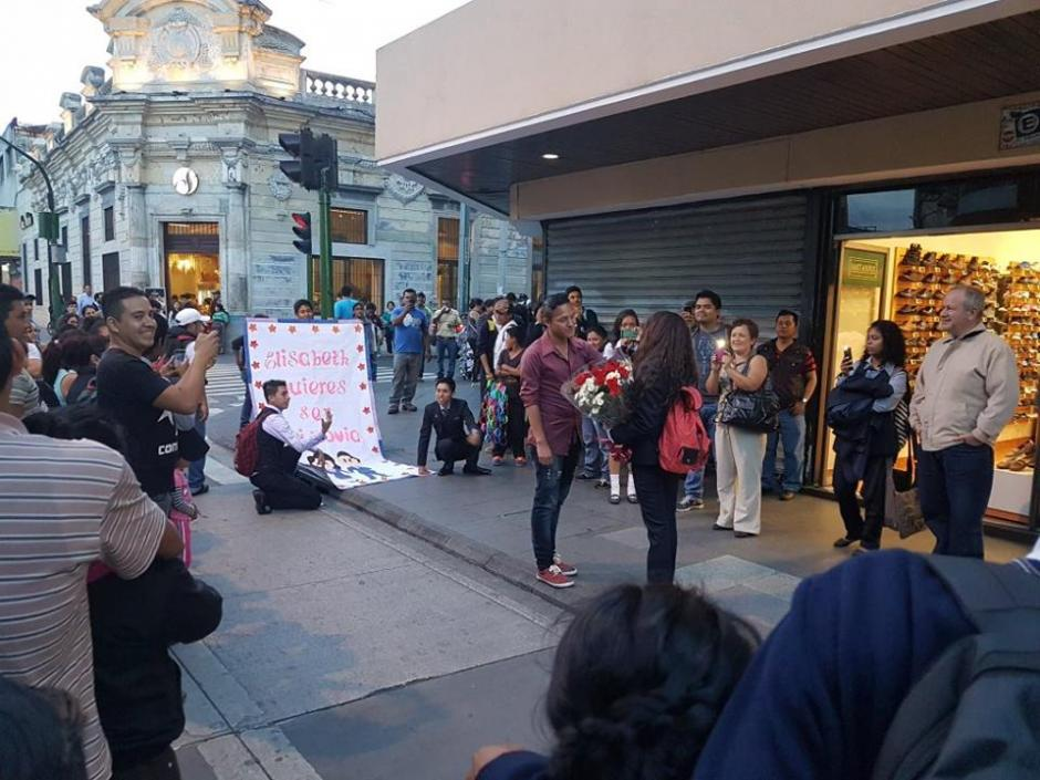 La peculiar propuesta fue hecha en la Sexta Avenida de la zona 1 capitalina. (Foto: @Ronald_MacKay)