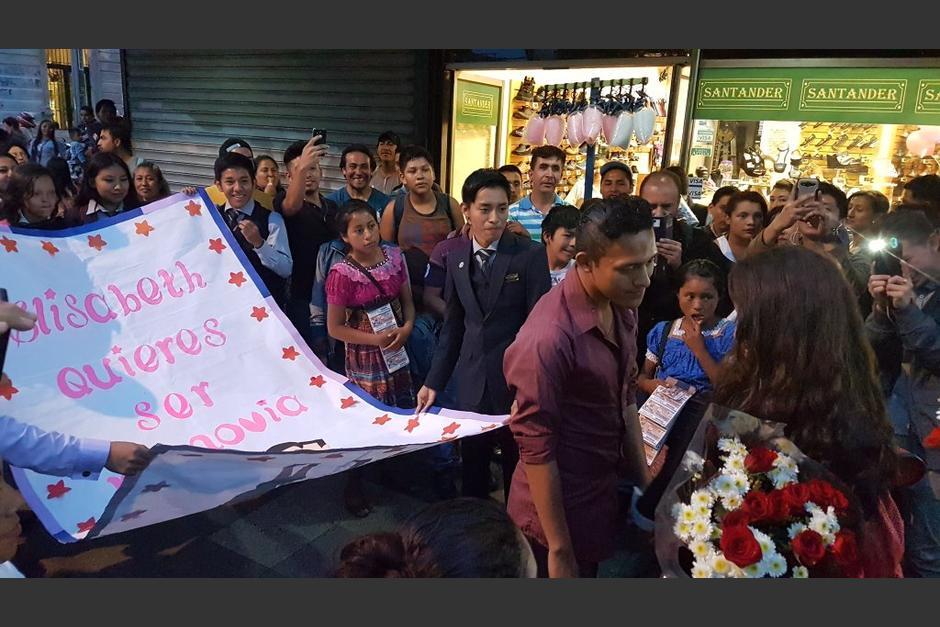 """Con un cartel, un joven le propuso noviazgo a """"Elizabeth"""" en la zona 1 capitalina. (Foto: @Ronald_MacKay)"""