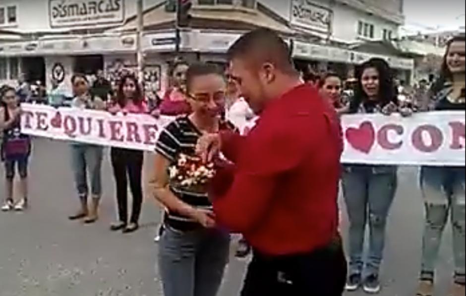 El joven saca una caja con un anillo de compromiso. (Captura de video en Facebook Izabal Informativo)