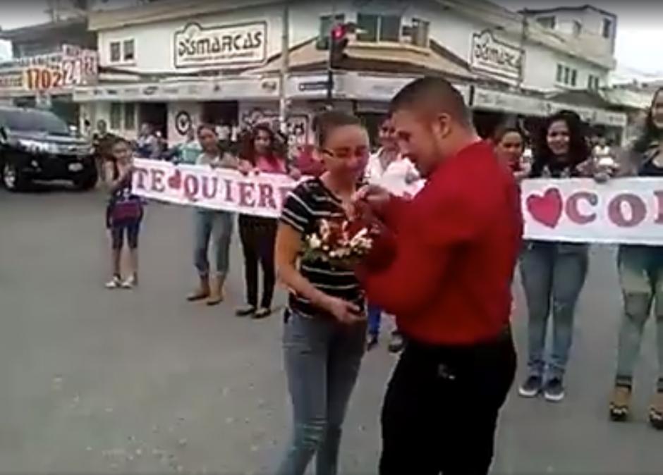La propuesta de matrimonio se viraliza en las redes sociales. (Captura de video en Facebook Izabal Informativo)