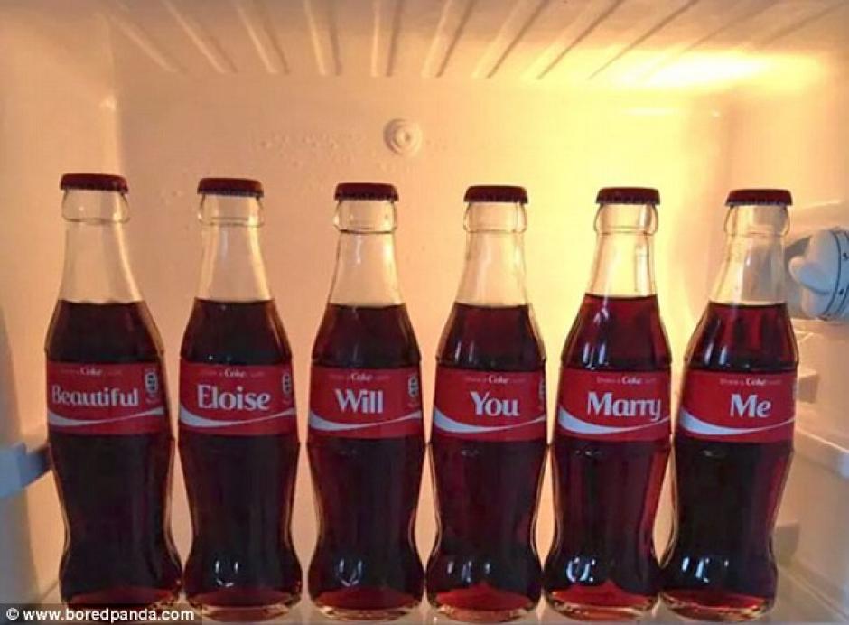 Un grupo de botellas personalizadas hacen la romántica pregunta. (Fotos: Bored Panda)