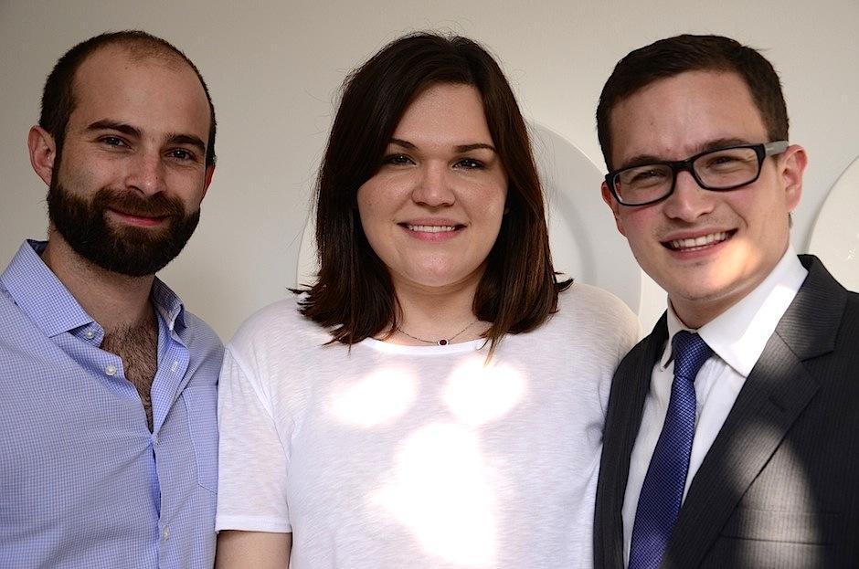 Sebastián Ayau y Javier Bauer junto a Cristina Rozas-Botrán, directora de comunicaciones de Fundación Rozas Botrán, que apoya a pacientes con diversas necesidades metabólicas a través de Invegem. (Foto: Selene Mejía/Soy502)