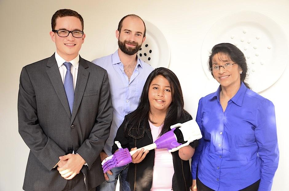 """Javier Bauer y Sebastián Ayau, fundadores del proyecto de prótesis 3D, por medio de la empresa de impresión 3D """"Imprende"""", junto aKeila,primera beneficiada, acompañada de su tía Reyna. (Foto: Selene Mejía/Soy502)"""