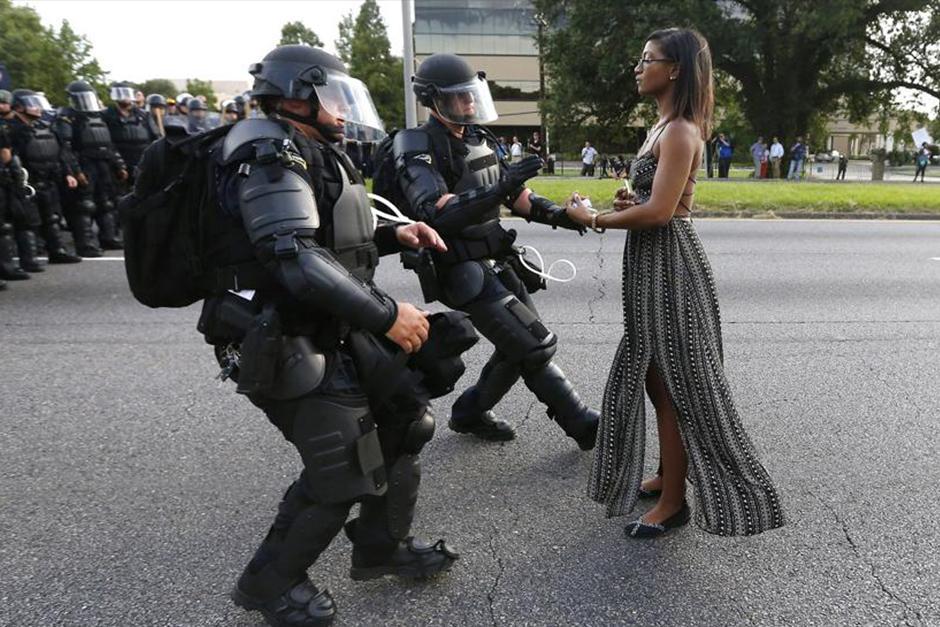 La fotografia de Jonathan Bachman muestra a la joven Iesha L. Evans. (Foto: Reuters/Jonathan Bachman)