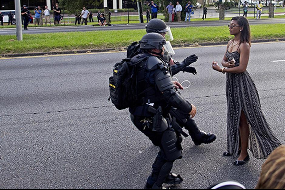 Iesha L. Evans ataviada con un ligero vestido en el momento de ser detenida. (Foto: AP)