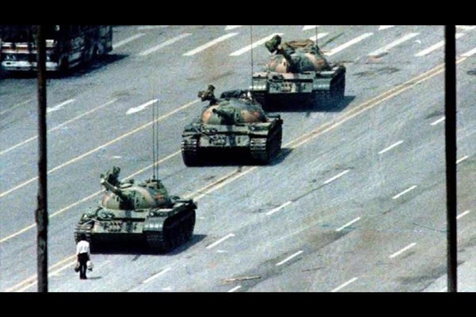 Un hombre frente a los tanques del Ejército chino en la Plaza de Tiananmen, en 1989. (Foto: Agencia)
