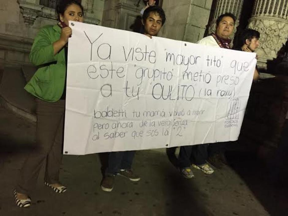 Con pancartas creativas varios guatemaltecos le enviaron mensajes al presidente Otto Pérez Molina. (Foto: José Dávila/Soy502)
