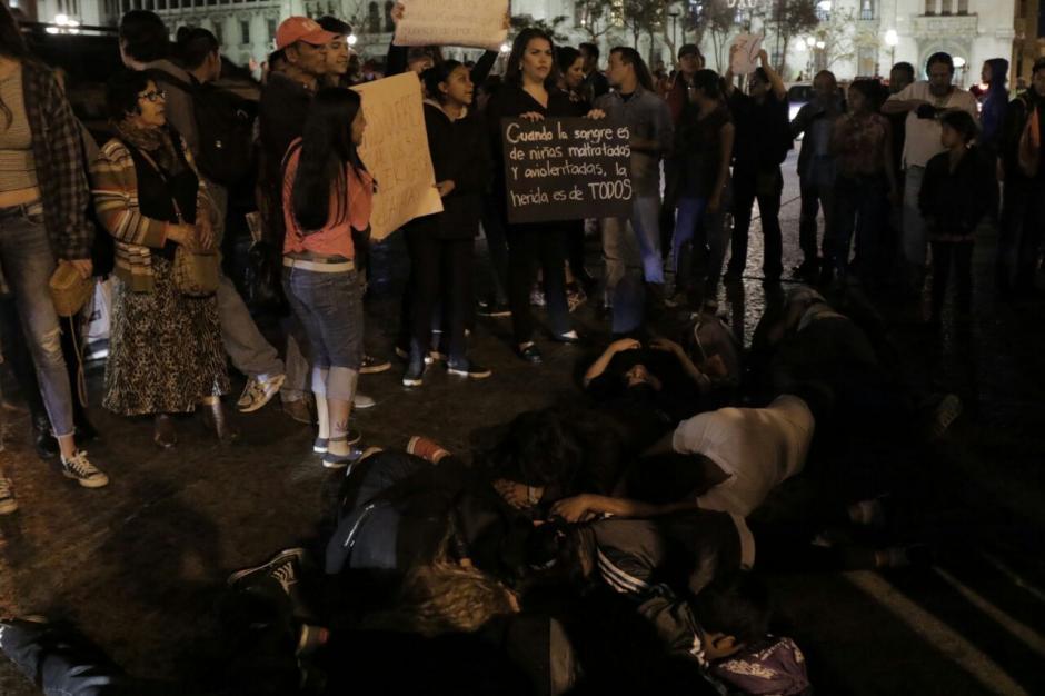 Entre gritos de justicia se desarrolló la misa. (Foto: Alejandro Balan/Soy502)