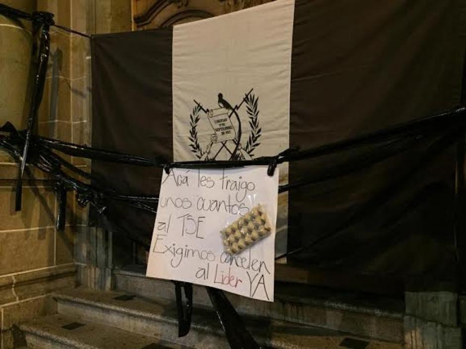 Un carton de huevos para el TSE fue puesto en la entrada principal. (Foto: José Dávila/Soy502)