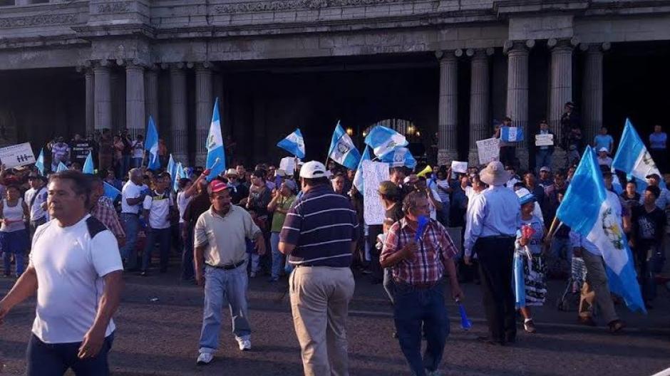 Los guatemaltecos llegaron desde temprano para ser parte del día calificado como histórico. (Foto: Rubén Cabrera/Soy502)
