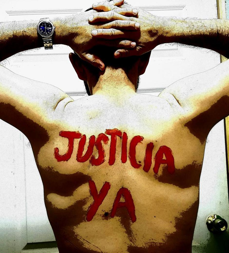 El padre Sergio Godoy inició una peculiar protesta en contra de la violencia en Alta Verapaz. (Foto: Facebook Sergio Godoy)