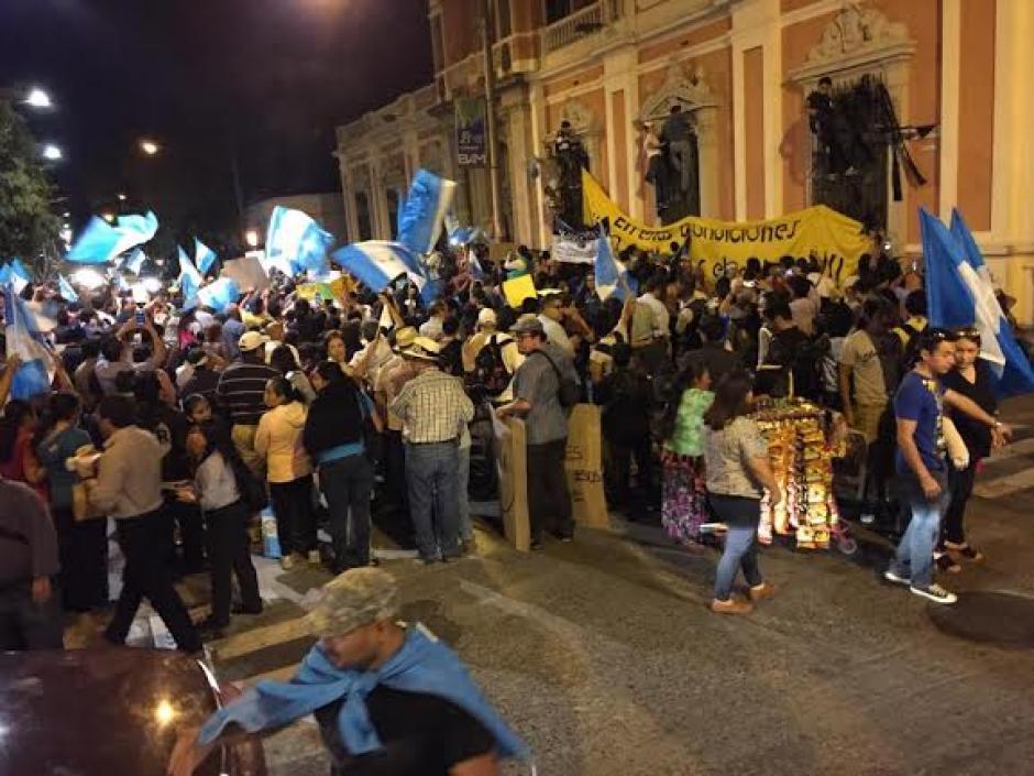Los manifestantes de forma pacífica cantaron el Himno Nacional en las afueras del TSE. (Foto: José Dávila/Soy502)