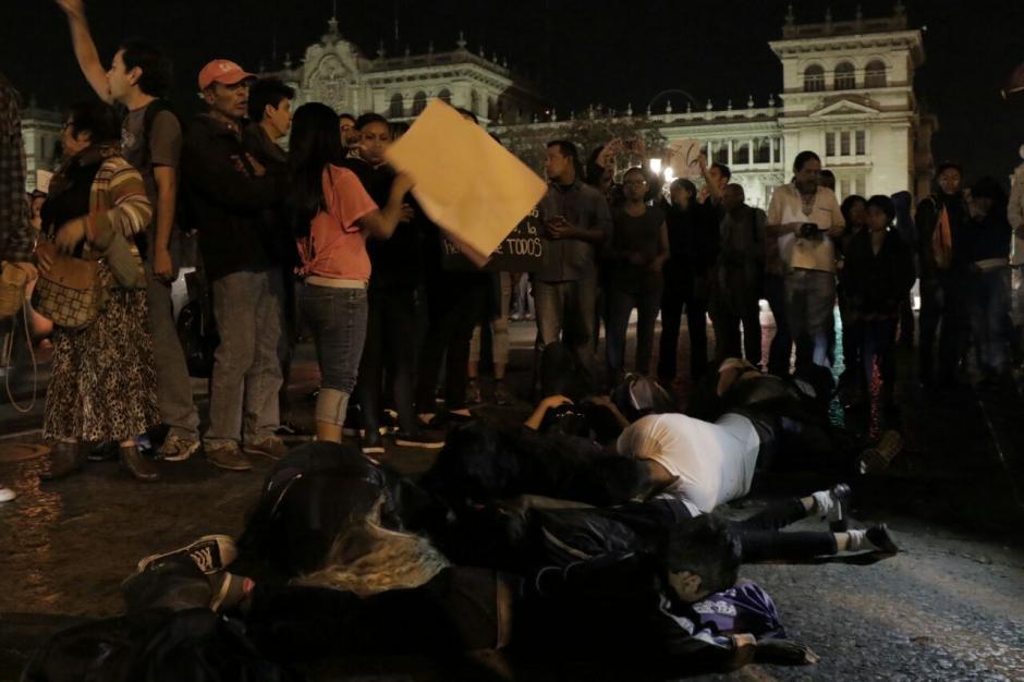 Así protestó un grupo de mujeres fuera de Catedral. (Foto: Alejandro Balan/Soy502)