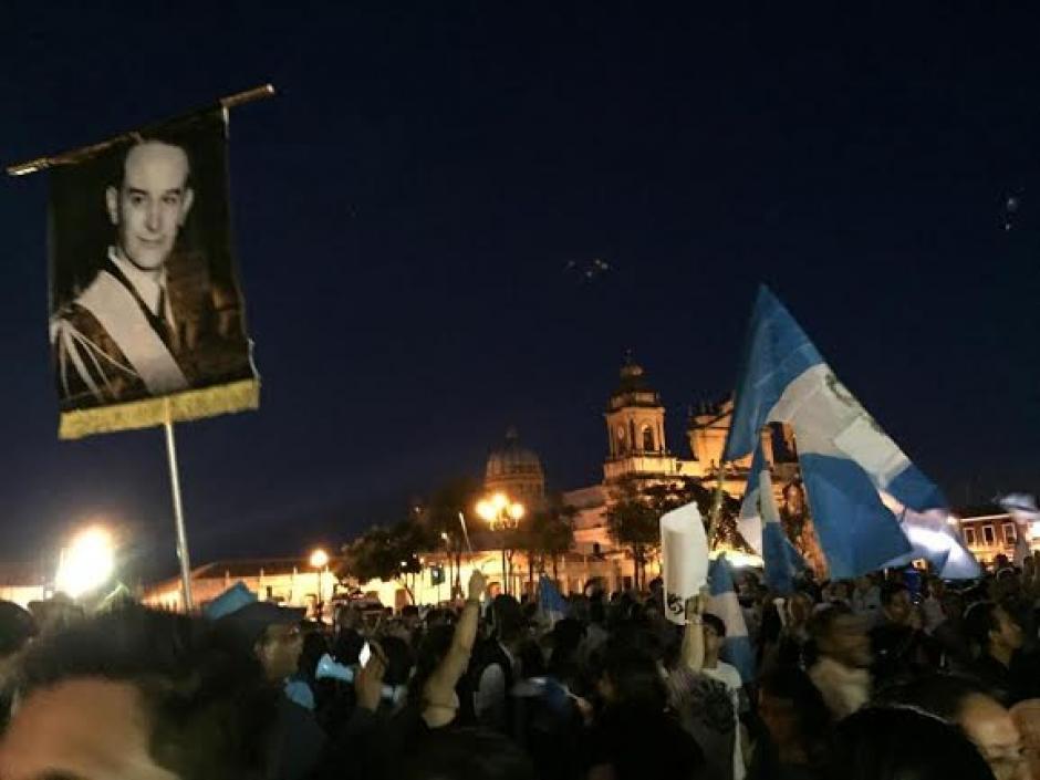 Al frente del Palacio Nacional de la Cultura varias personas se mantuvieron durante horas para pedir la renuncia de Otto Pérez Molina. (Foto: José Dávla/Soy502)