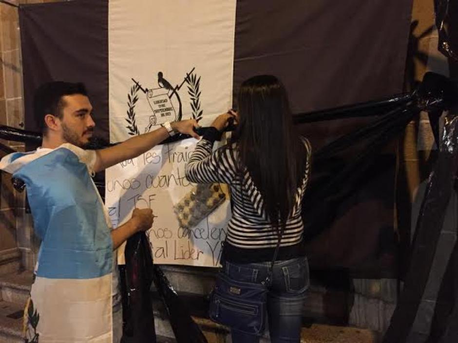 La Bandera de Guatemala en blanco y negro fue colocada en el las afueras del TSE. (Foto: José Dávila/Soy502)