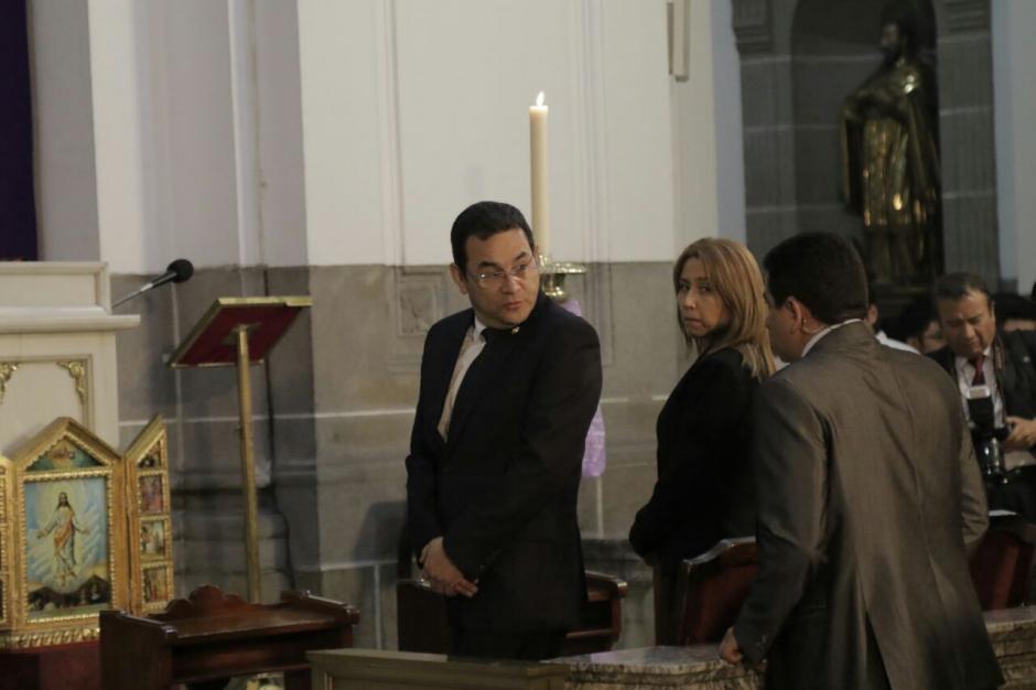 Jimmy Morales y su esposa durante la misa en Catedral. (Foto: Alejandro Balan/Soy502)