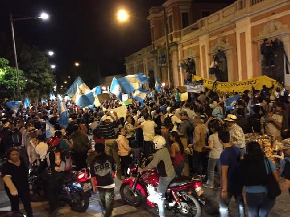 Decenas de guatemaltecos salieron de nuevo a las calles del Centro Histórico para pedir al TSE cancele al partido Lider. (Foto: José Dávila/Soy502)