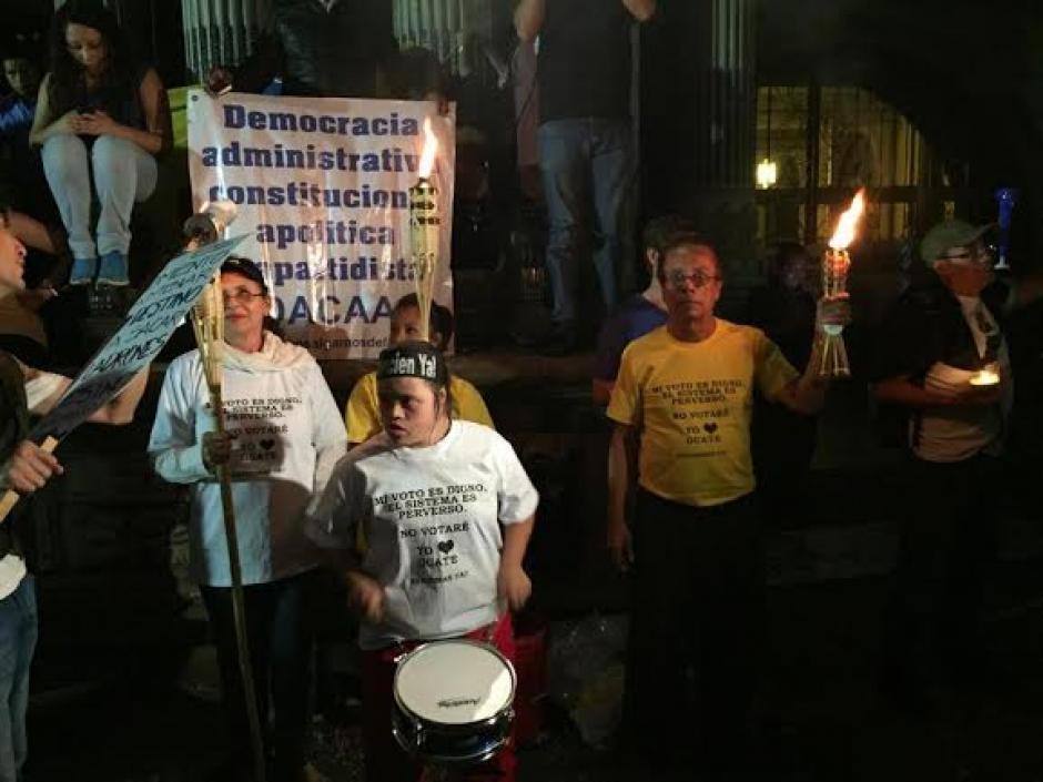 Diversidad de personas se acercó a la plaza a demostrar su repudio contra el presidente Otto Pérez Molina. (Foto: José Dávila/Soy502)