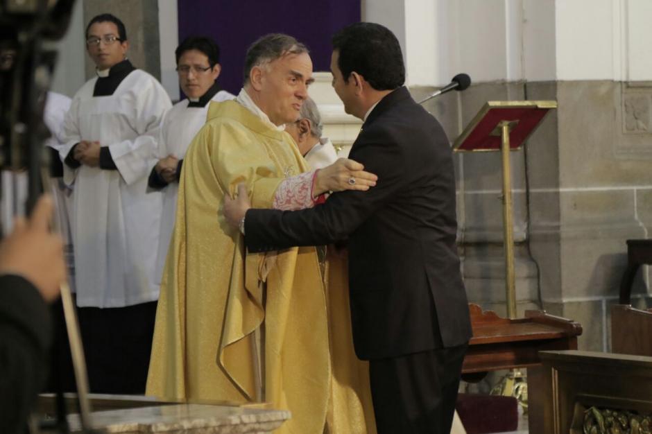 El Nuncio Apostólico Nicolás Henry Marie saludó a Morales. (Foto: Alejandro Balan/Soy502)