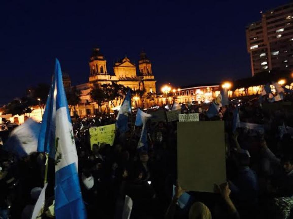 La noche llegó y cada vez más guatemaltecos se acercaron a la plaza central para pedir la cabeza de Otto Pérez Molina. (Foto: José Dávila/Soy502)