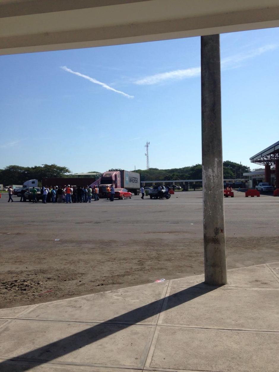Pese a que los transportistas ya no bloquean el egreso de la EPQ, presionan a otros pilotos a detenerse. (Foto: Usuario de Soy502)