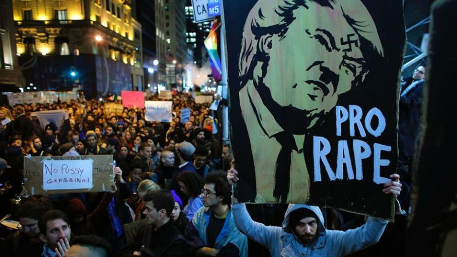 Algunas manifestaciones tuvieron lugar en las propiedades del magnate de los bienes raíces. (Foto: elpais.com)
