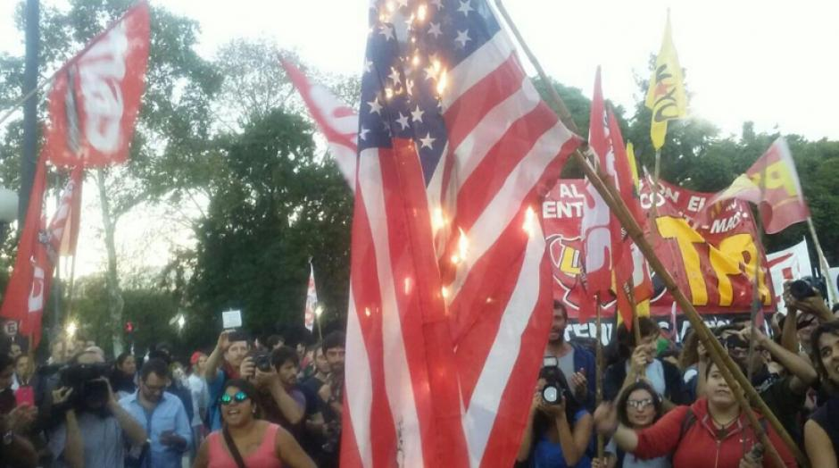Los manifestantes quemaron banderas de Estados Unidos. (Foto: Telesur)