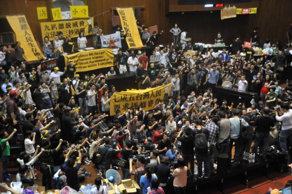 Manifestantes corean consignas durante una manifestación en contra de un acuerdo de comercio con China. (Foto:AFP)