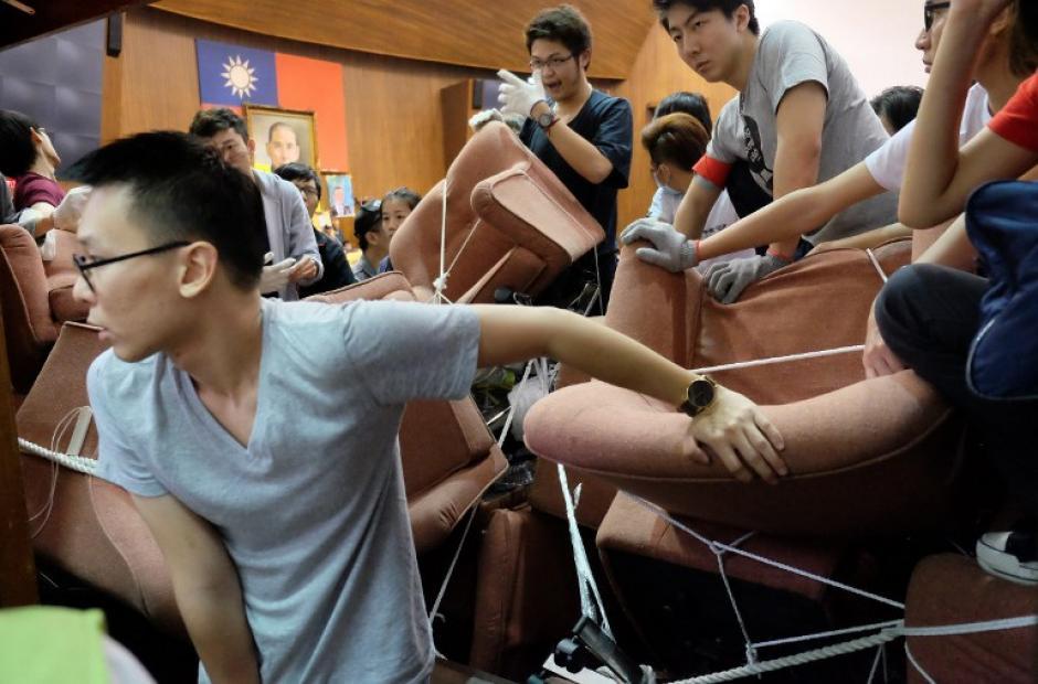 Los manifestantes hacen guardia en la entrada al Parlamento durante una manifestación anti-China. (Foto:AFP)