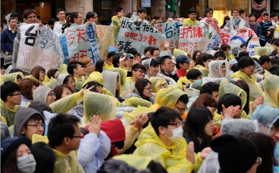 Cientos de estudiantes y profesores exponen carteles fuera del Parlamento, apoyan la protesta anti-China. (Foto: AFP)