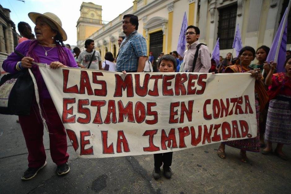 Al concluir la sesión del Congreso, una manifestación de campesinos se hizo presente para criticar la labor de los diputados. (Foto: Wilder López/Soy502)