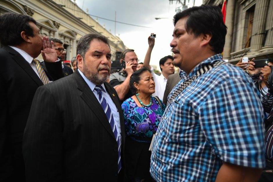 Carlos Alvarado, rector de la USAC y Daniel Pascual, del CUC, manifestaron frente al Congreso para presionar por las reformas a la Ley Electoral. (Foto: Wilder López/Soy502)