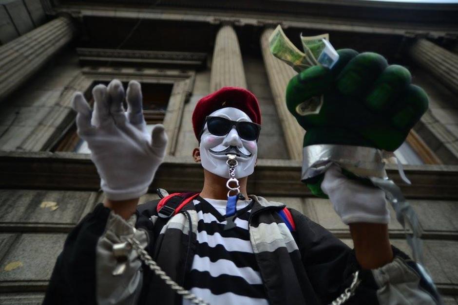 """Un """"mimo"""" protestó señalando que el Congreso es corrupto y que se roban el dinero del pueblo. (Foto: Wilder López/Soy502)"""