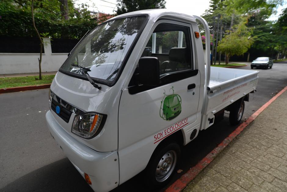 El auto de carga tiene capacidad para 4 personas y recorre un promedio de 100 kilómetros por carga de batería de cuatro horas. (Foto: Wilder López/Soy502)