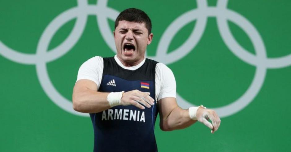 Los gestos de dolor del pesista armenio fueron más que evidentes. (Foto: Twitter))