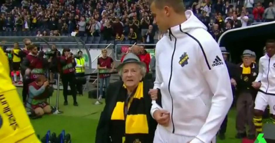 La acción fue aplaudida por los presentes en el estadio y muy destacada en las redes sociales. (Foto: Twitter)