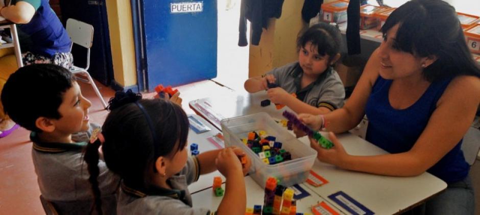 Este proyecto se lleva a cabo en Chile donde capacitan a maestros con mejores herramientas educativas. (Foto: América Solidaria)