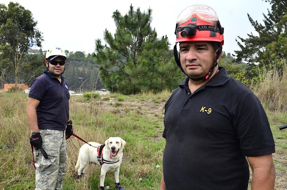Junto a Pet Rescue Guatemala, forma a un rescatista nacional. (Foto: Selene Mejía/Soy502)