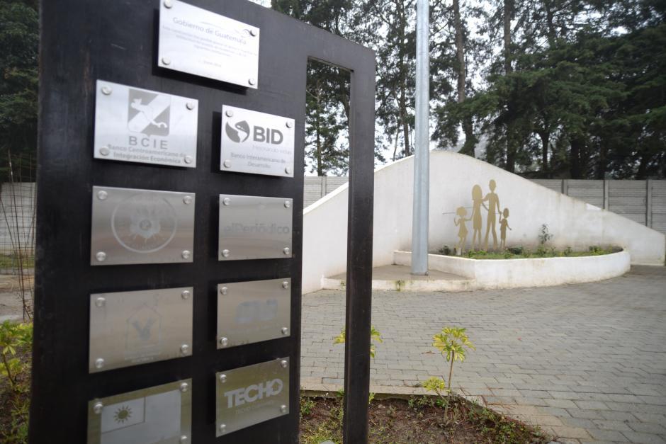 En la entrada, un monumento recuerda quienes hicieron posible el proyecto. (Foto: Wilder López/Soy502)