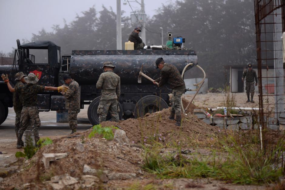 Elementos del Ejército realizan pequeñas obras de drenaje y urbanización. (Foto: Wilder López/Soy502)