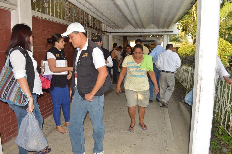 Fiscales del Ministerio Público (MP), en uno de los centros de votación de Morales, Izabal. (Foto: Nuestro Diario)