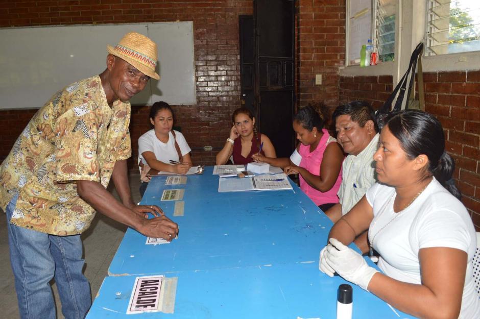 Un vecino deposita su voto en la urna respectiva en un centro de votación de Morales, Izabal. (Foto: Nuestro Diario)