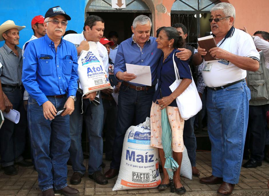 Maíz y atol fortificado fueron algunos de los granos entregados por el Ministerio de Desarrollo que contó con la supervisión del presidente. (Foto: Secretaría de Comunicación Social de la Presidencia)