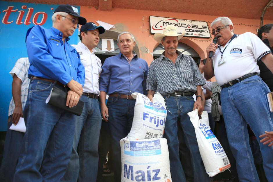 El presidente Otto Pérez Molina participó en la entrega alimentaria a varias familias del municipio de Comapa en Jutiapa. (Foto: Secretaría de Comunicación Social de la Presidencia)