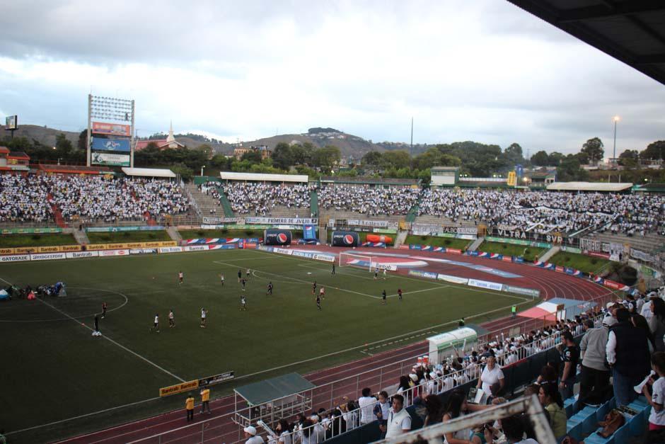 El Estadio Cementos Progreso no tenía espacio más que para la cancha y la tarde del sábado resonó con la euforia de Heredianos y Cremas. (Foto: José Dávila/Soy502)