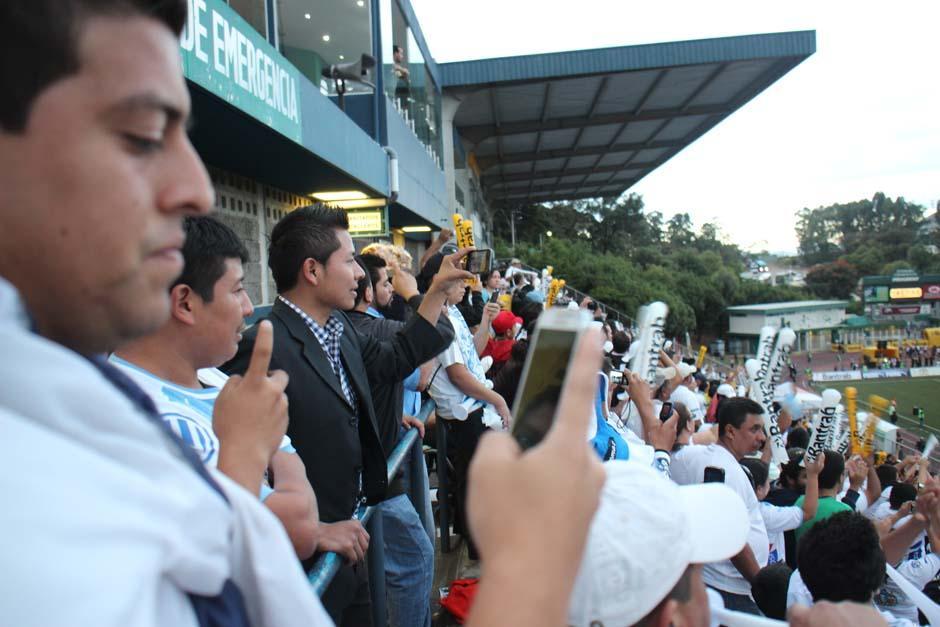 Aficionados de Comunicaciones colmaron el Estadio Cementos Progreso. (Foto: José Dávila/Soy502)