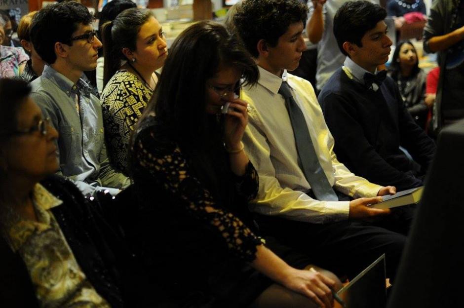 Los hijos de Juan Carlos Llorca y su mamá escuchan, conmovidos, la presentación. (Foto: Alejandro Balán/Souy502)